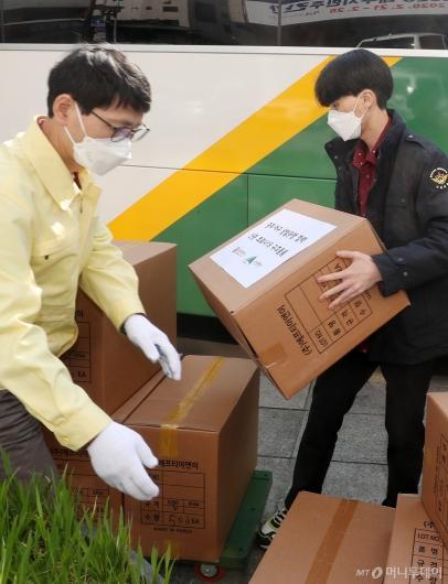 [사진]'코로나 19' 구호물품 옮기는 관계자들