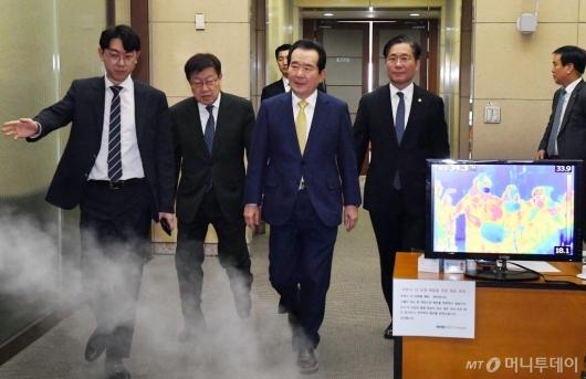 [사진]'확대무역전략조정회의' 참석하는 정세균 총리