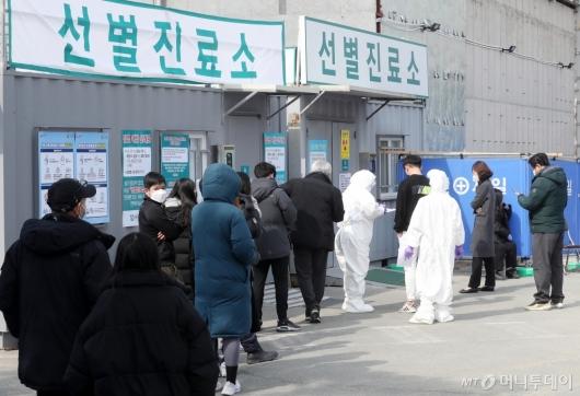 [사진]분주한 대구의료원 선별진료소