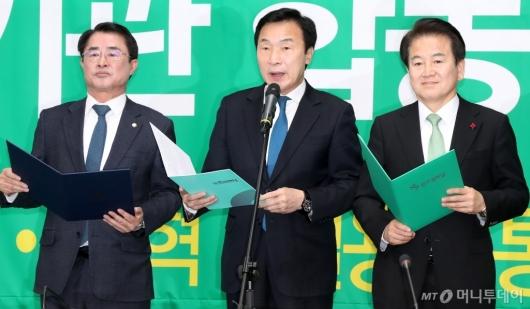 [사진]합당 선언문 낭독하는 손학규 대표