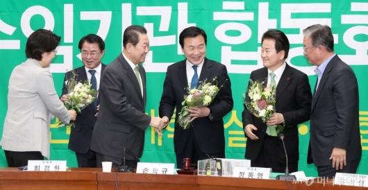 [사진]꽃다발 받는 당대표들