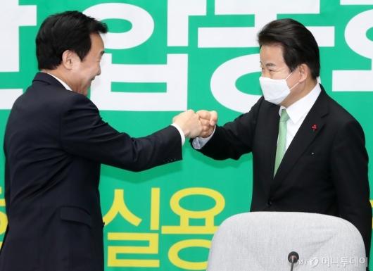 [사진]손학규-정동영, 주먹 인사