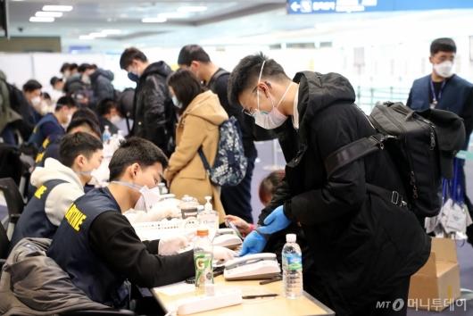 [사진]신원과 연락처 확인 받는 중국 유학생