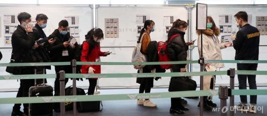 [사진]입국하는 20학번 신입생들