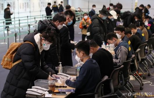 [사진]중국 전용 입국장 통해 입국한 유학생들