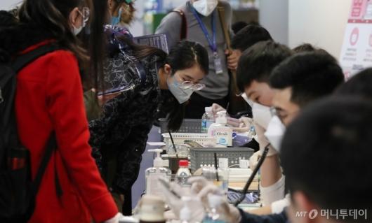 [사진]신원과 연락처 확인 받는 중국 유학생들