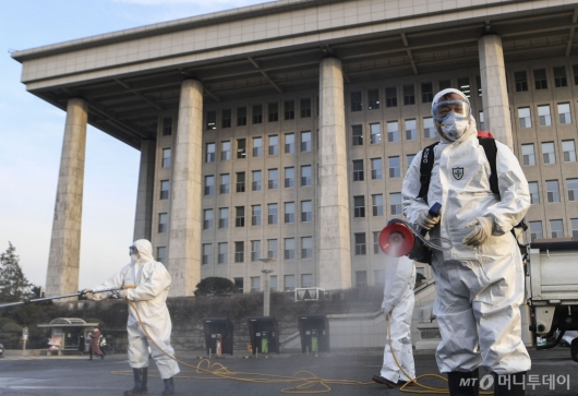 [사진]국회 방역, 일시 폐쇄