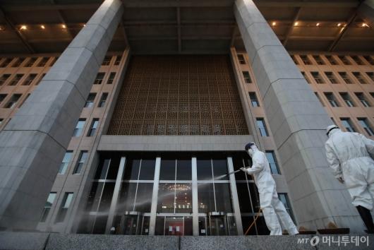 [사진]코로나19 여파로 국회 방역 실시