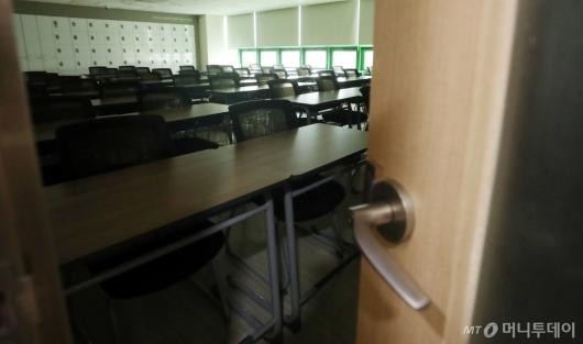 [사진]'휴원 조치' 불꺼진 강의실