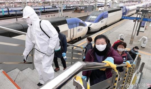 [사진]'코로나19를 막아라' 서울역 방역 작업