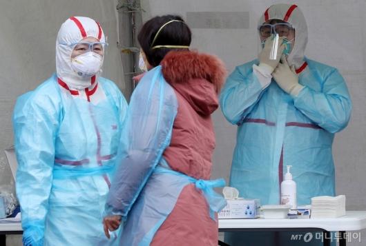 [사진]'코로나19' 방호복 꼼꼼히 갖춘 의료진들