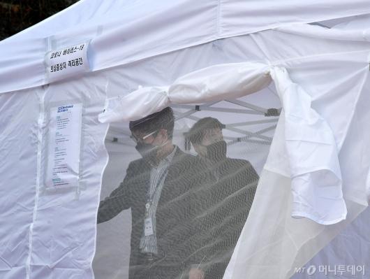 [사진]코로나19 의심증상자 격리공간 살펴보는 국회 관계자들