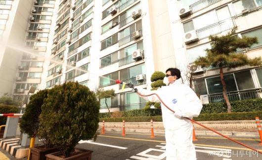 [사진]명성교회 인근 아파트 소독 작업