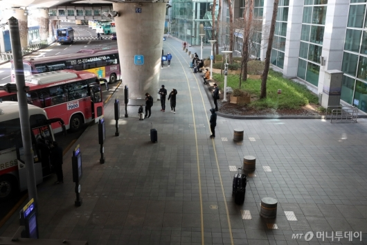 [사진]코로나19 여파에 한산한 버스정류장