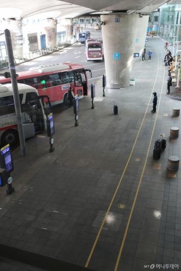 [사진]한산한 입국장 버스정류장
