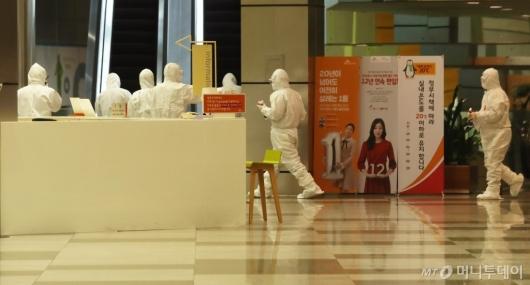 [사진]직원 양성 판정에 SKT타워 '폐쇄'