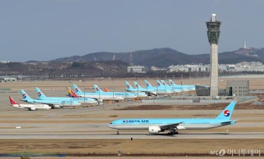 [사진]주기장에 멈춰 선 비행기들