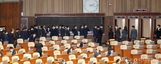 [사진]마스크 쓰고 투표하는 의원들