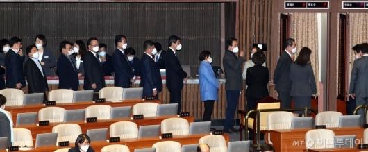 [사진]마스크 쓴 채 투표하는 의원들