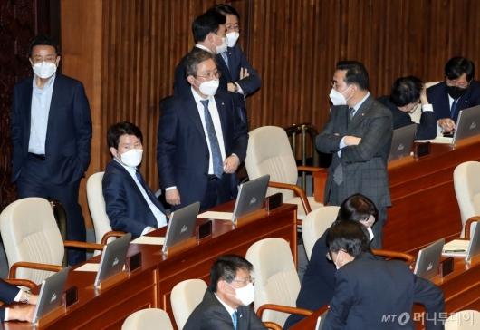 [사진]국회 본회의장 마스크 쓴 의원들