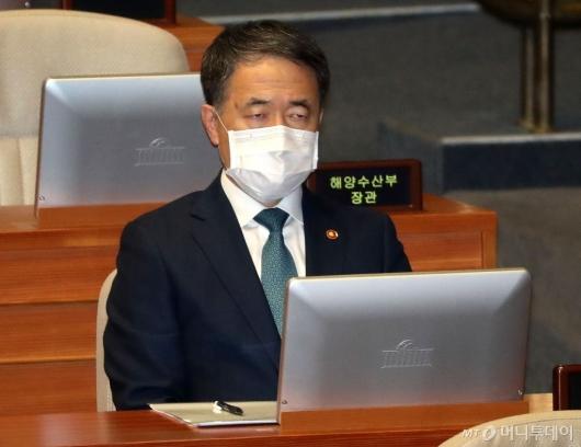 [사진]국회 본회의 참석한 박능후 장관