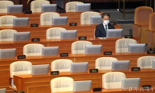 [사진]국회 본회의 참석한 박능후