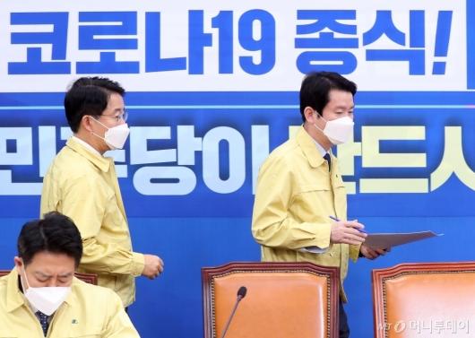 [사진]정책조정회의 참석하는 이인영
