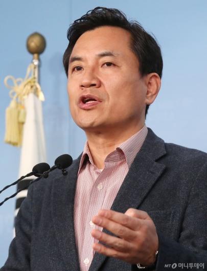 [사진]선거구 확정 관련 발언하는 김진태