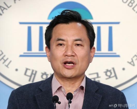 [사진]선거구 확정 관련 기자회견하는 김진태