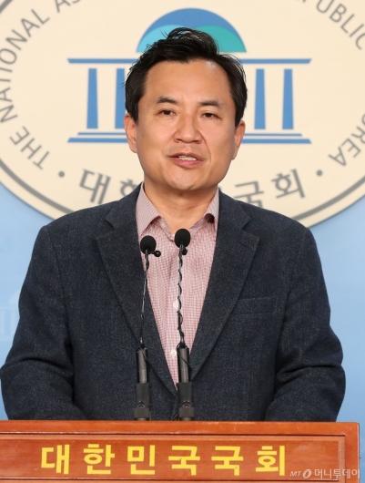 [사진]기자회견하는 김진태 의원