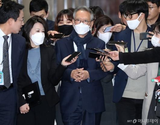 [사진]공천 면접 심사 참석하는 김형오