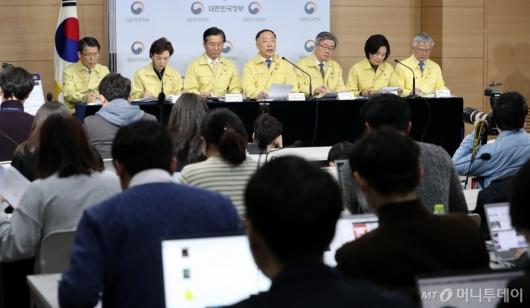 [사진]코로나19 파급영향 최소화와 조기 극복을 위한 민생·경제 종합대책 합동브리핑