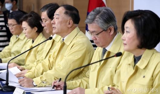 [사진]'코로나19 종합대책' 발표하는 홍남기 부총리