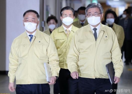 [사진]합동브리핑 참석하는 홍남기 부총리