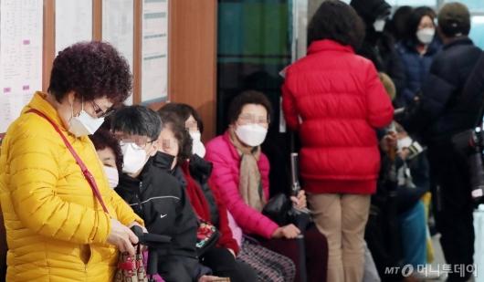 [사진]우체국서 마스크 기다리는 구매자들