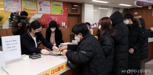 [사진]우체국서 마스크 구매하는 시민들