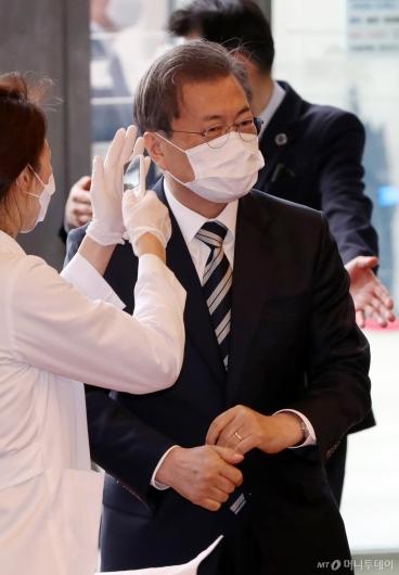 [사진]발열 검사 받는 문재인 대통령