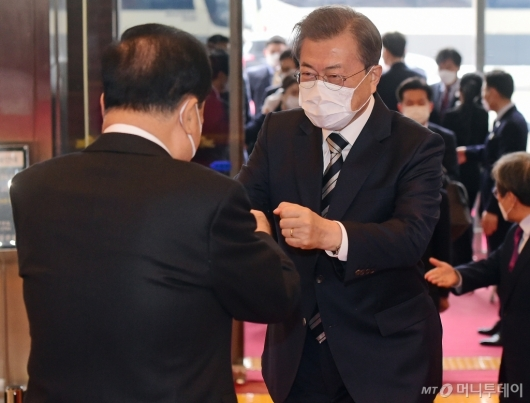 [사진]주먹 인사하는 문재인 대통령