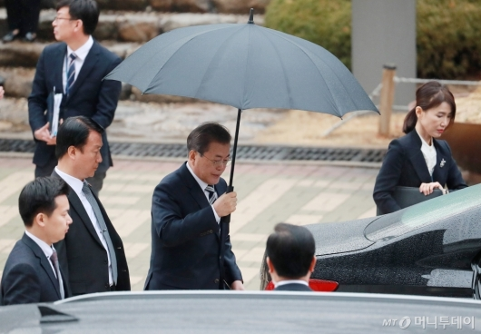 [사진]영수회담 마친 뒤 국회 떠나는 文 대통령