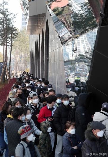 [사진]갤러리아 광교점 오픈 기다리는 시민들