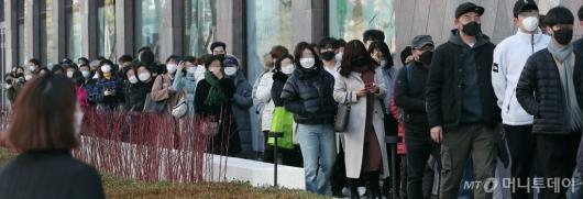 [사진]마스크 쓰고 오픈 기다리는 시민들