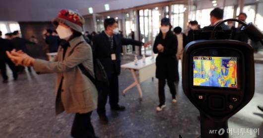 [사진]갤러리아 광교점 오픈 '코로나19 방지' 체온 측정
