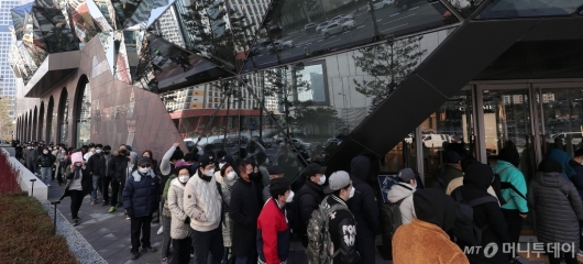 [사진]코로나19 긴장 속 오픈 기다리는 시민들