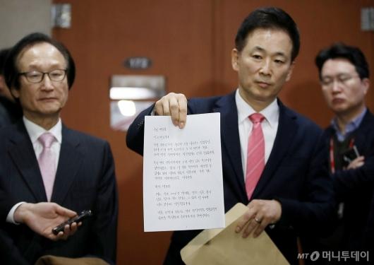 [사진]박 전 대통령 자필 편지 공개하는 유영하