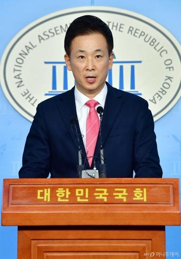 [사진]기자회견하는 유영하 변호사