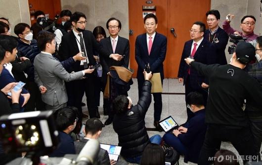 [사진]질문 받는 유영하 변호사