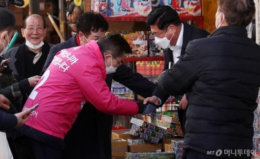 [사진]창신동 문구완구 거리 방문한 황교안 대표