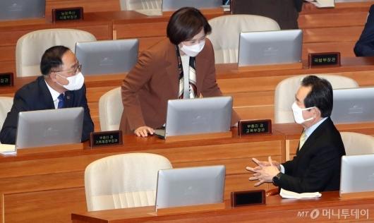 [사진]부총리들과 의견 나누는 정세균 총리