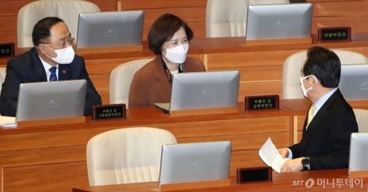 [사진]대화하는 총리-부총리