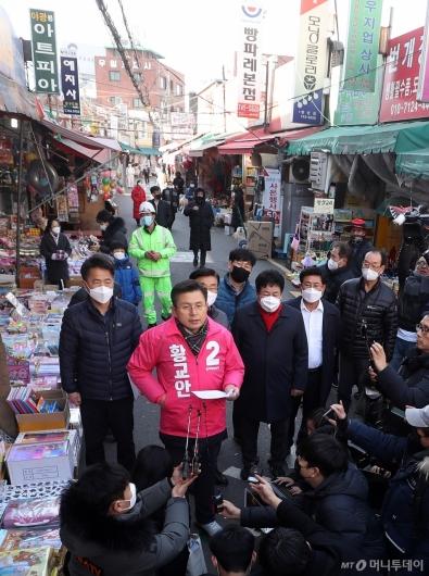 [사진]시장 골목서 공약 발표하는 황교안 대표
